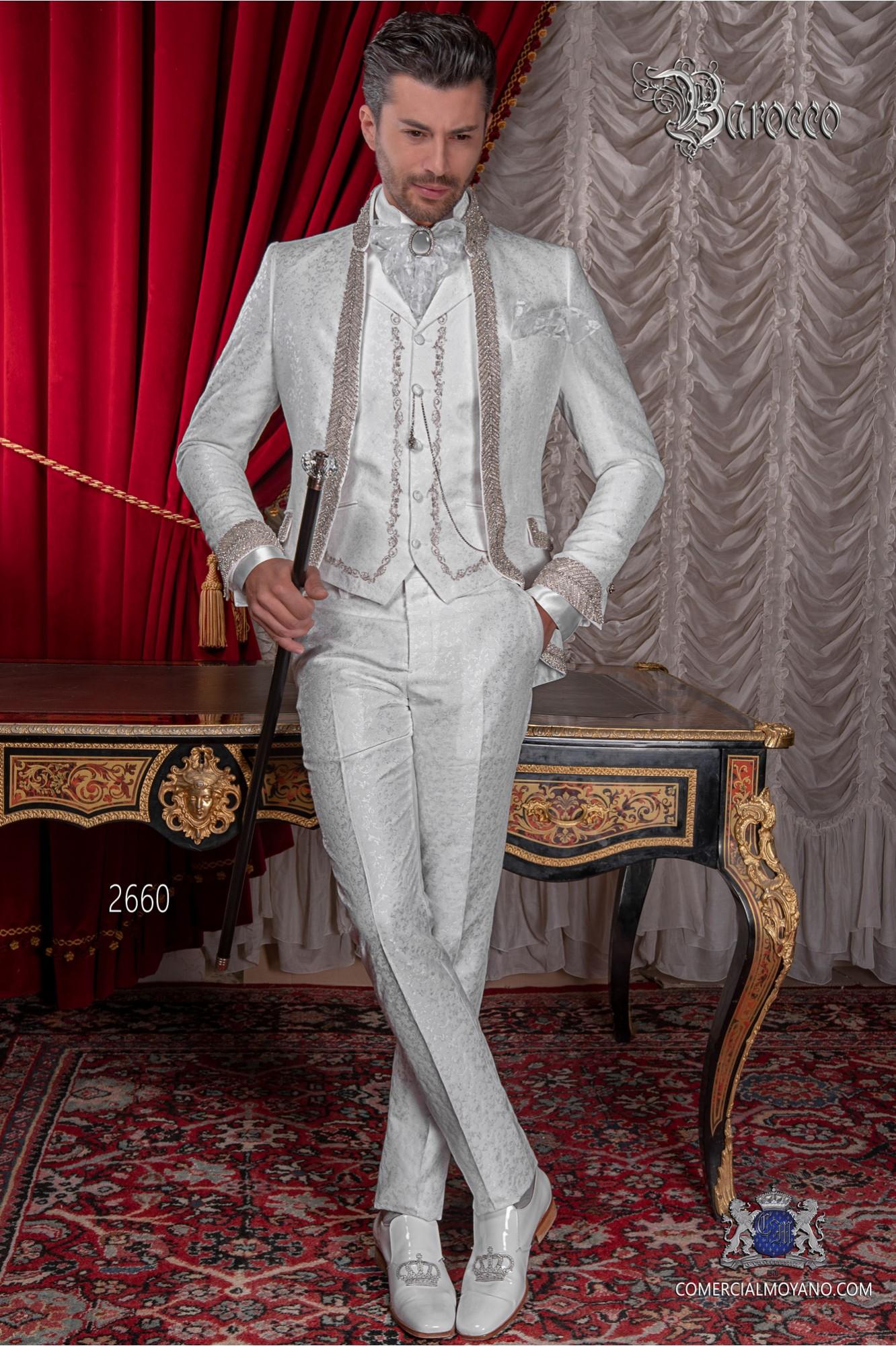 Traje de novio barroco, levita cuello Mao de época brocado blanco con pedrería strass