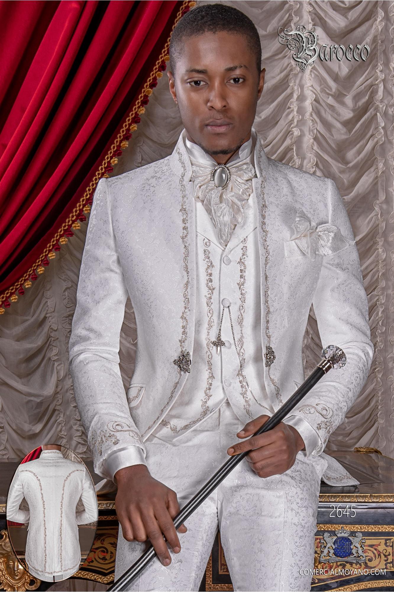 Traje de novio barroco, levita de época cuello mao en tejido jacquard blanco con bordados plateados y broche de cristal