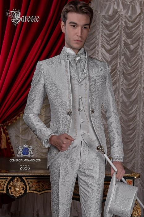 Traje de novio barroco, levita de época cuello mao en tejido jacquard gris perla con bordados plateados