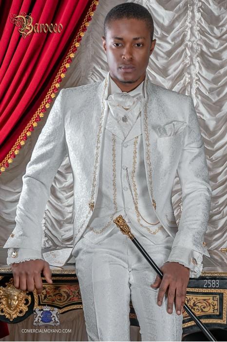 Traje de novio barroco, levita de época cuello mao en tejido jacquard blanco con bordados dorados y broche de cristal