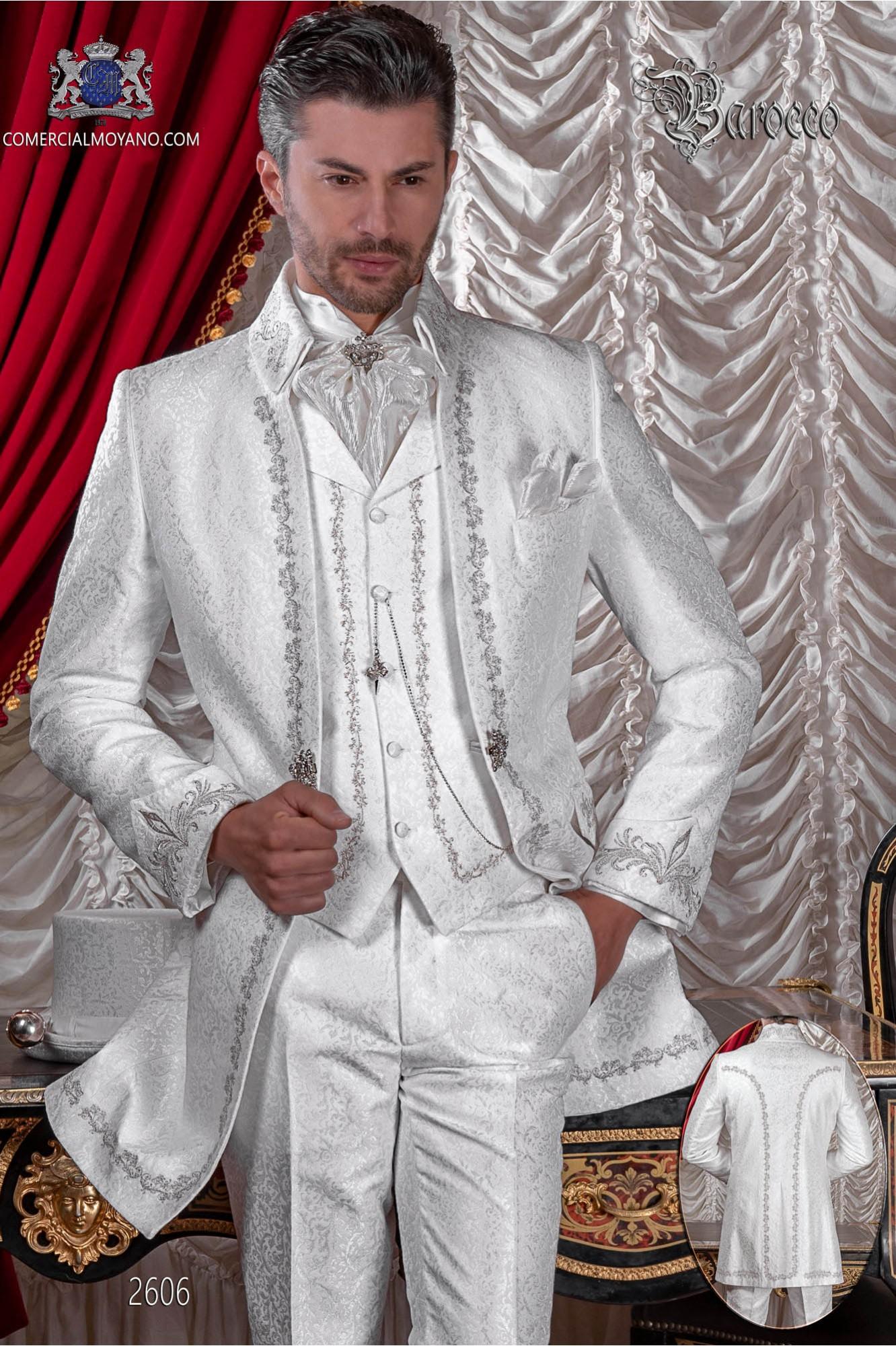 Traje de novio barroco, casaca de época cuello Napoleón en tejido jacquard blanco con bordados plateados y broche de cristal