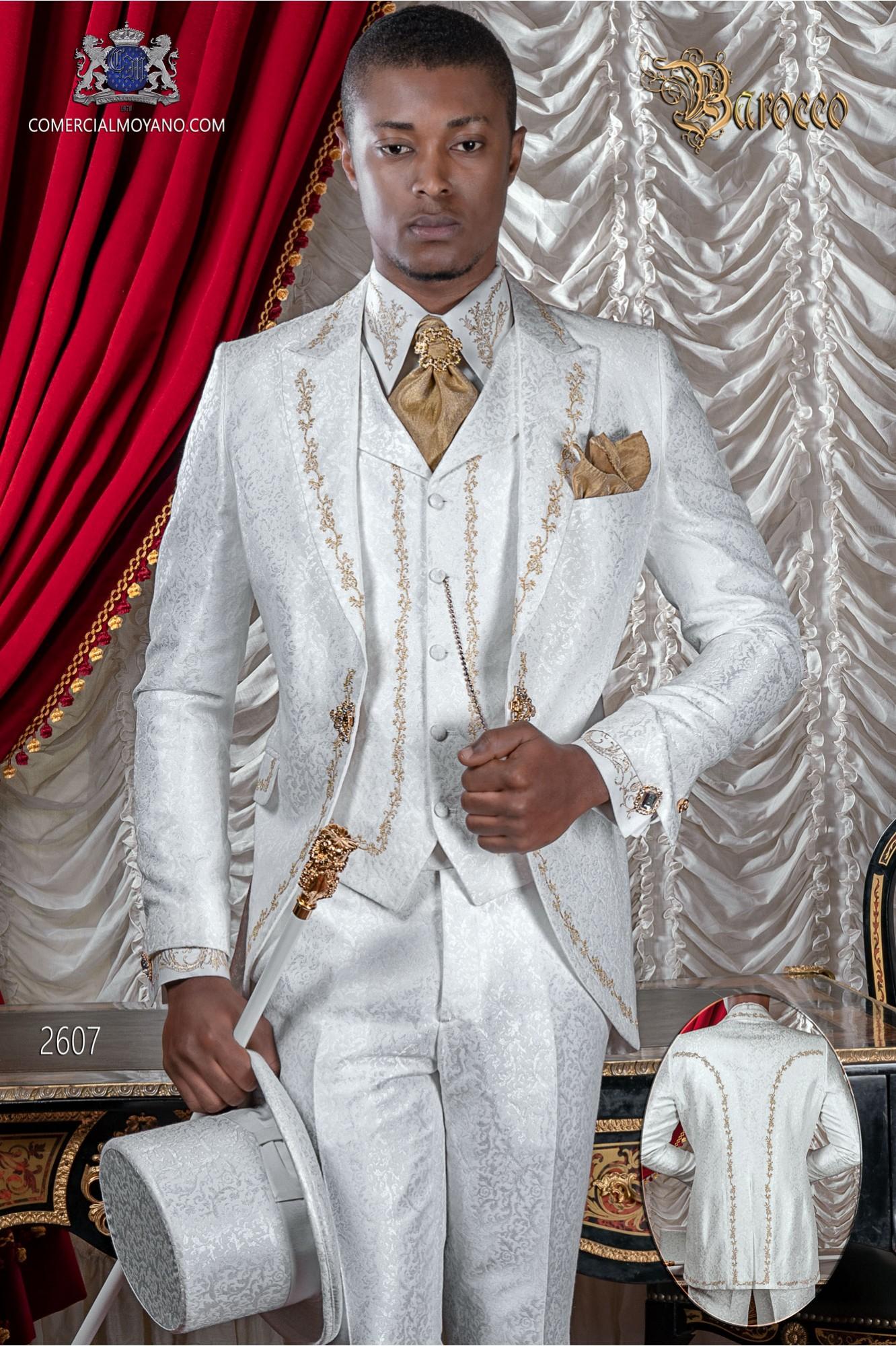 Traje de novio barroco, levita de época en tejido jacquard blanco con bordados dorados