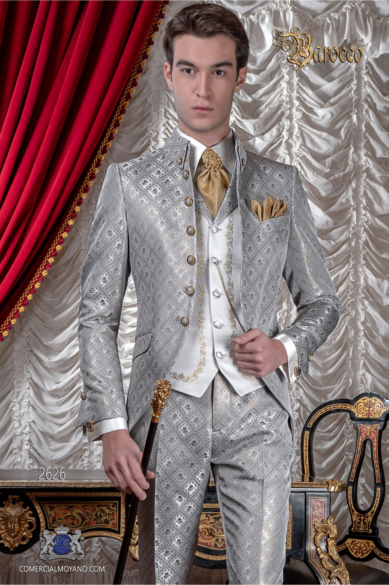 Traje de novio barroco, redingote de época cuello Napoleón en tejido brocado gris plata-oro con botones dorados