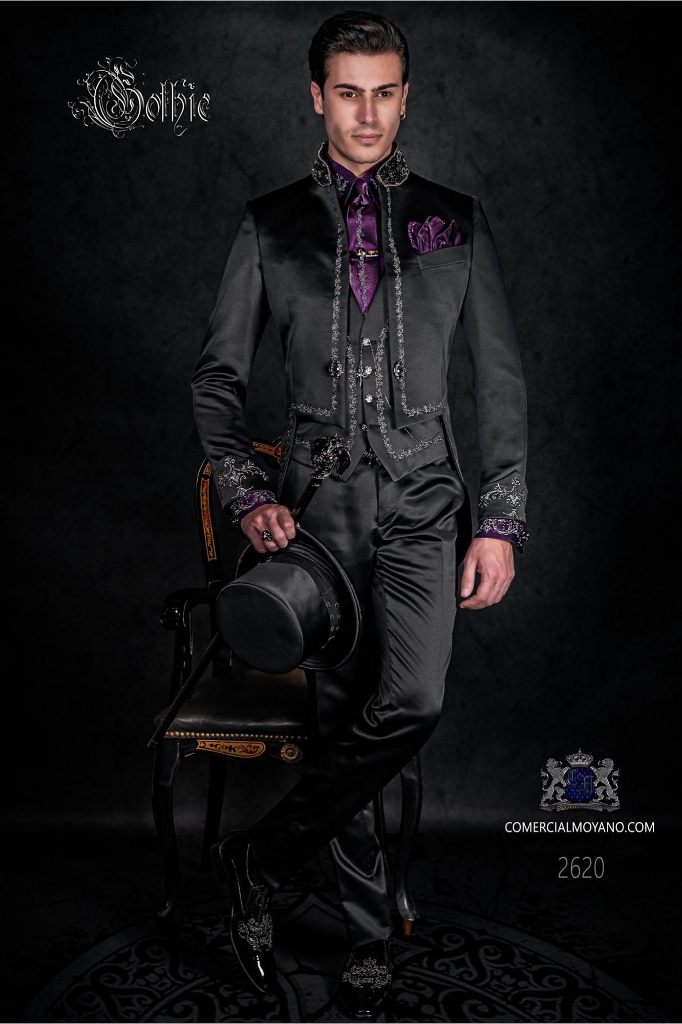 Traje de novio barroco, frac cuello mao de satén negro con bordados plateados y pedrería cristal en cuello
